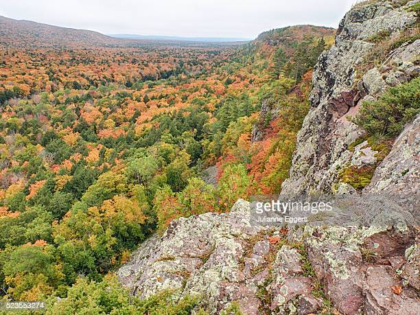 a view from summit peak of lake of the clouds looking into the big carp river valley in autumn at po - parque estatal de porcupine mountains wilderness fotografías e imágenes de stock