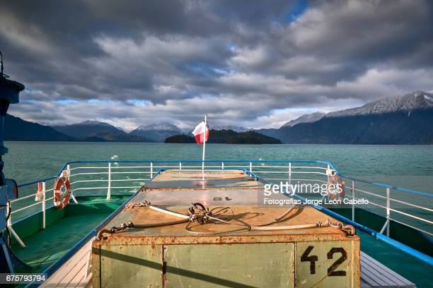 a view from the catamaran desk of the surrounding mountains during the winter andean lake crossing - azul turquesa stockfoto's en -beelden