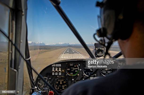 view from the cockpit, airplane landing - radicella photos et images de collection