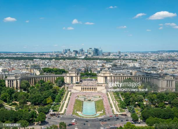 view from the eiffel tower to the jardins du trocadero, paris, france - esplanade du trocadero stock pictures, royalty-free photos & images