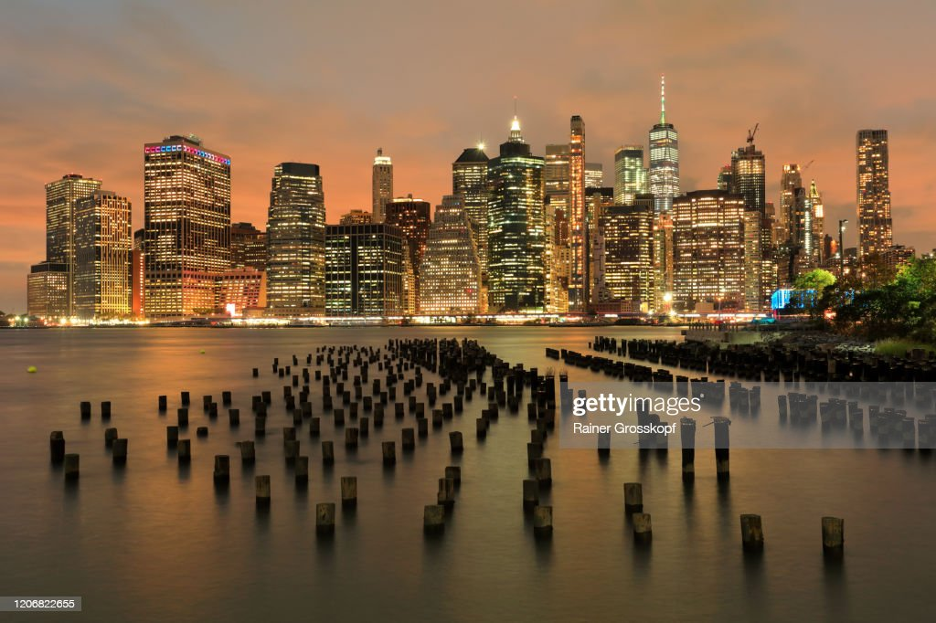 View from the Old Pier 1 in Brooklyn at the illuminated Skyline of Downtown Manhattan at dusk : Stock-Foto