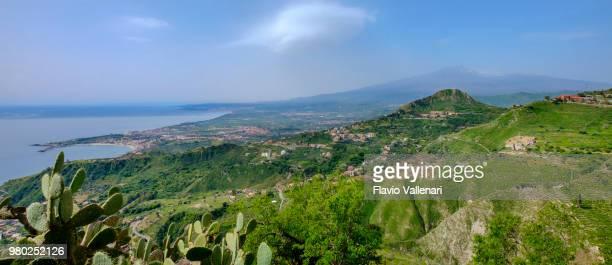 vista o sentiero dei saraceni, uma trilha sobre taormina (sicília, itália) - mt. etna - fotografias e filmes do acervo