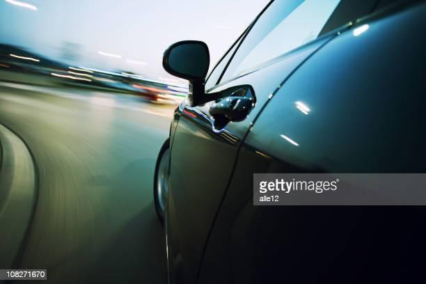 """Vue latérale de la voiture en mouvement flou sur """"ANGLE,"""
