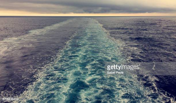 view from the stern of a cruise ship - paquebot france photos et images de collection