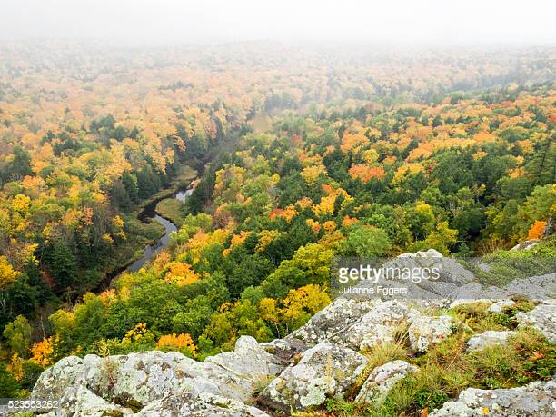 a view from the summit peak of the big carp river in autumn at porcupine mountains wilderness state - parque estatal de porcupine mountains wilderness fotografías e imágenes de stock