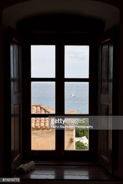 view from the window of an old house in monemvasia, peloponnese, greece - heinz baumann photography stock-fotos und bilder