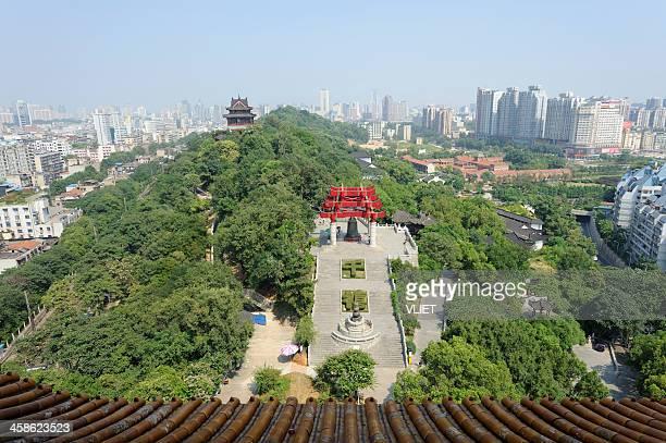 vista desde la torre de la grulla amarilla de wuhan, china - ciudad de wuhan fotografías e imágenes de stock