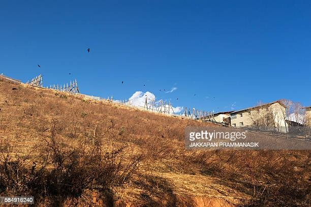 view from walkway in songzanlin tibetan buddhist monastery - songzanlin monastery stockfoto's en -beelden