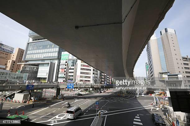 通路の近くから渋谷駅、東京、日本の春 - 歩道橋 ストックフォトと画像
