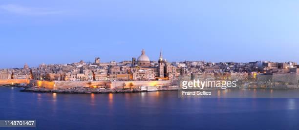 view in the evening from sliema on valletta (malta) - ユネスコ ストックフォトと画像