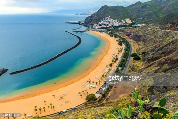 vista de una hermosa playa en isla canaria, las teresitas, tenerife, españa - isla de tenerife fotografías e imágenes de stock