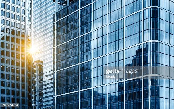 Vista di un moderno vetro grattacielo che riflette il cielo blu