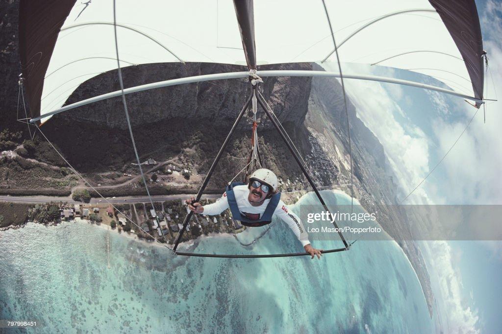 Hang Gliding In Hawaii : News Photo