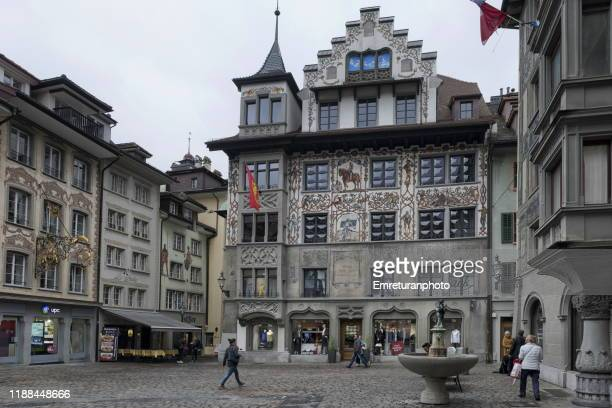 view of a square with fountain and historic buildings in oldtown lucerne - emreturanphoto stock-fotos und bilder