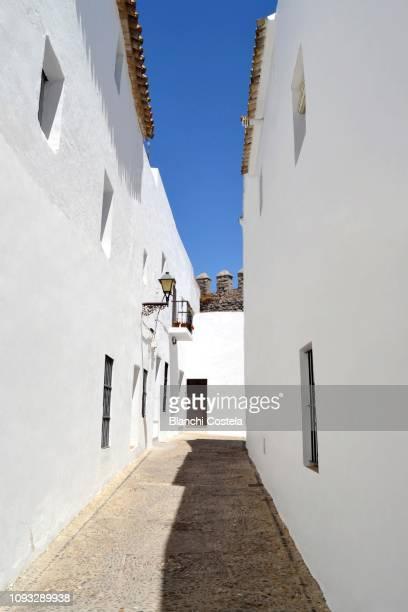 view of a typical street in vejer de la frontera in cadiz spain - europa meridionale foto e immagini stock