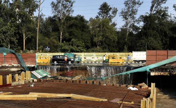 IND: Broken DJB Pipeline Bring Traffic To Standstill Near Pragati Maidan