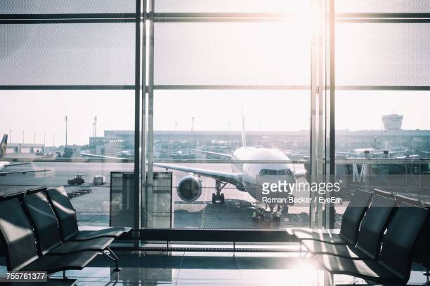 view of airport runway seen through window - passenger boarding bridge stock pictures, royalty-free photos & images