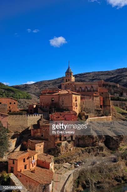 view of albarracin cathedral and the city walls - bairro antigo imagens e fotografias de stock