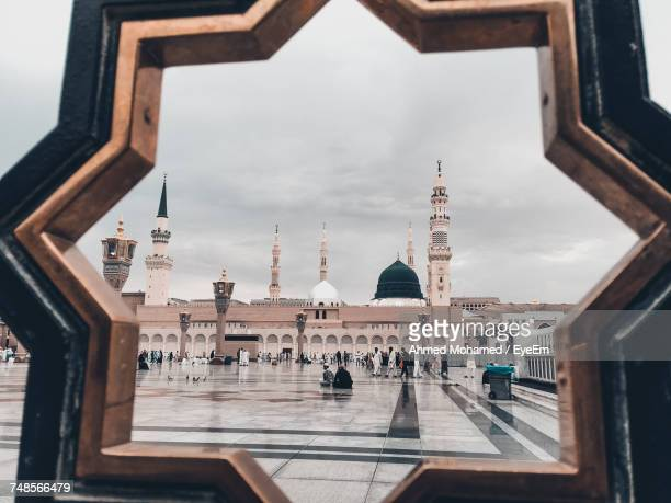 view of al-masjid an-nabawi seen through gate - al masjid al nabawi stock pictures, royalty-free photos & images