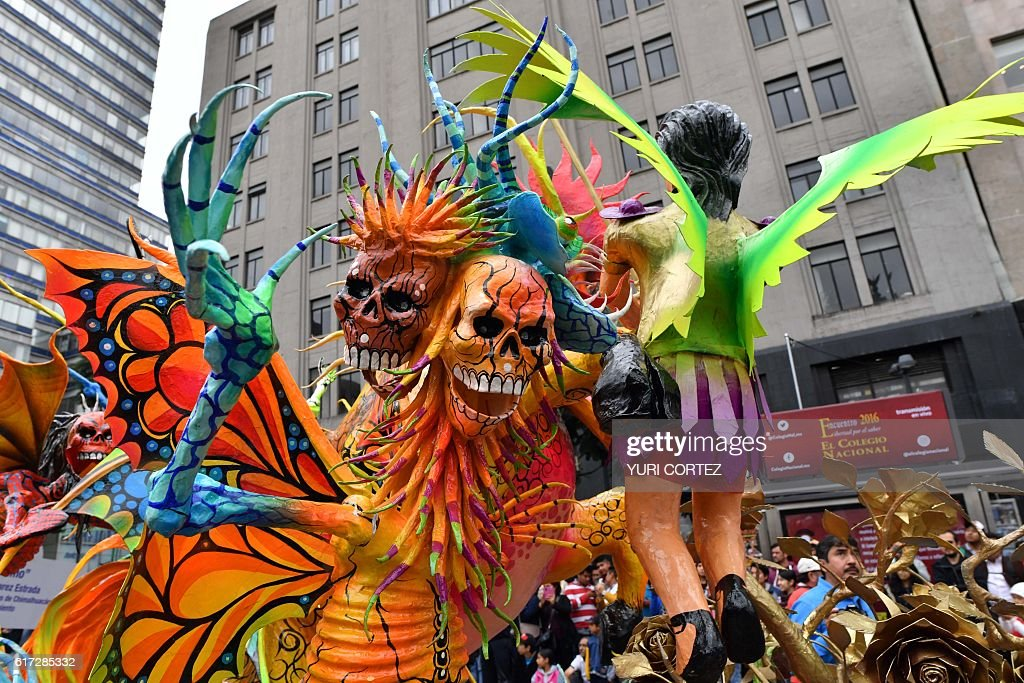 View of an 'Alebrije' -Mexican folk art traditional sculptures representing fantastical creatures - during the tenth Monumental 'Alebrijes' Parade and contest organized by the Folk Art Museum, on October 22, 2016 in Mexico City. More than two hundreds 'Alebrijes' take part in the event. / AFP / YURI