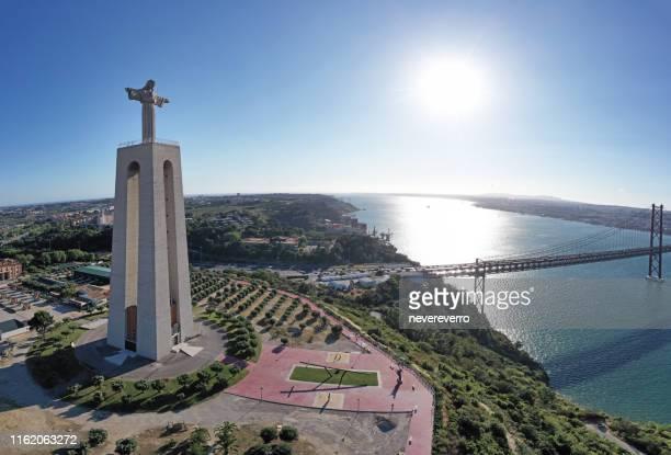 vista del puente 25 de abril, lisboa, portugal - abril fotografías e imágenes de stock