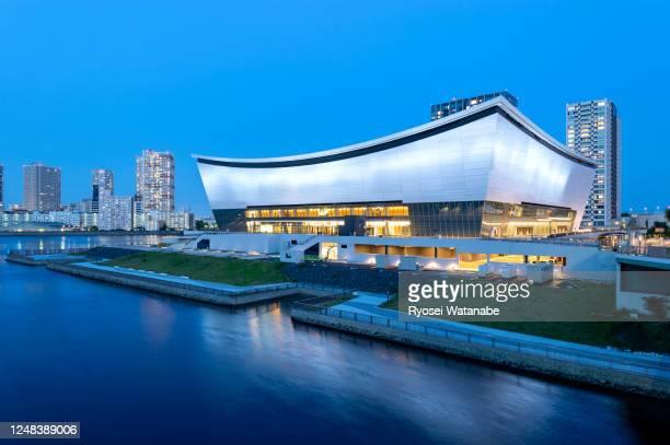 vista del ariake arena iluminado después de la puesta del sol - juegos olímpicos de verano de 2020 tokio fotografías e imágenes de stock