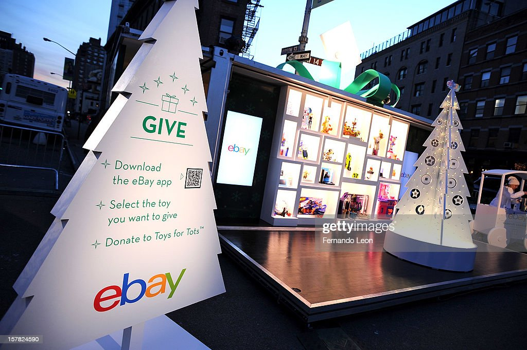 eBay & Actress Jennie Garth Open 'The eBay Toy Box' Pop-Up Store To Benefit Toys For Tots : News Photo