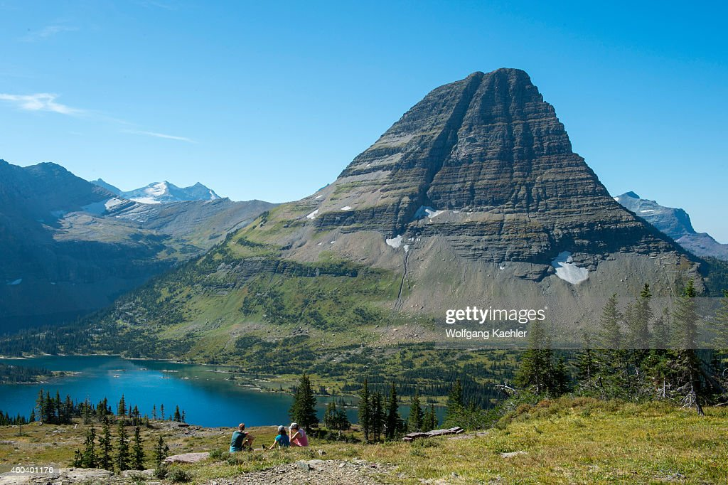 View of Bearhat Mountain above Hidden Lake at Logan Pass in... : News Photo