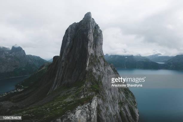 Uitzicht op de prachtige Segla bergen en zee in Noord-Noorwegen