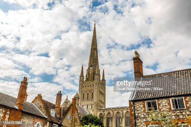 view of beautiful stone houses and a cathedral in the city of no - norfolk east anglia foto e immagini stock