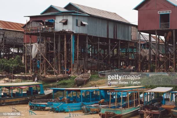 view of boats moored in building - bortes photos et images de collection
