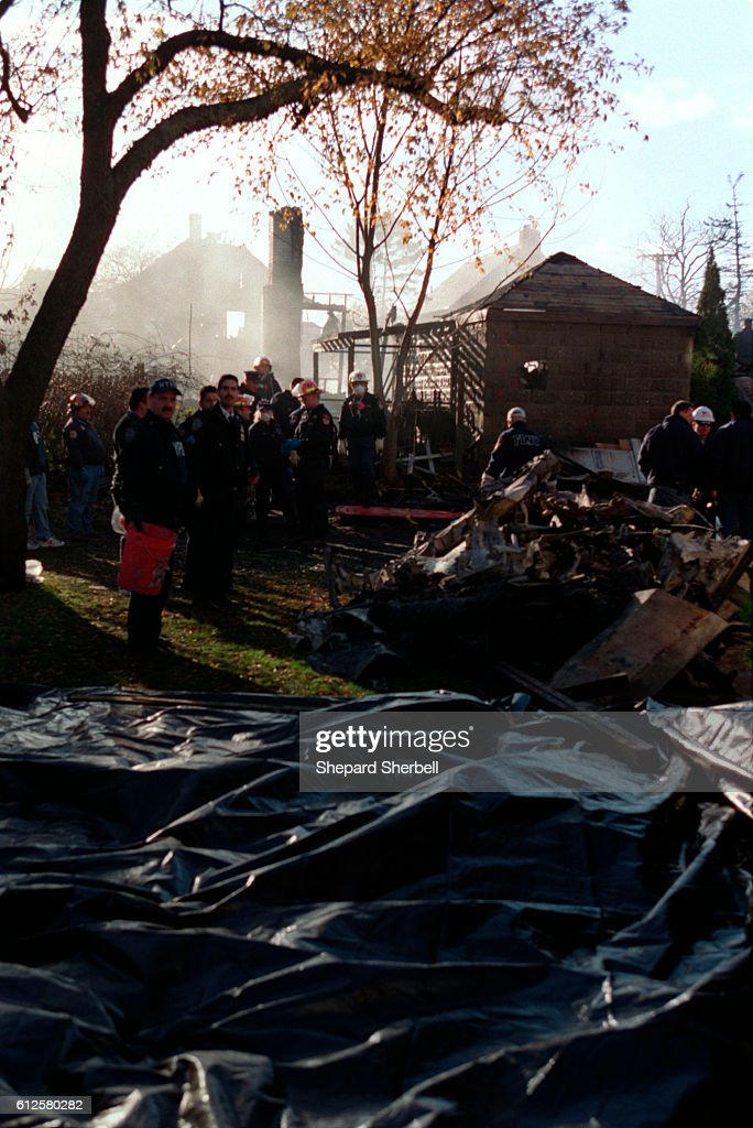 American Airlines Flight 587 crashes in Rockaways : ニュース写真