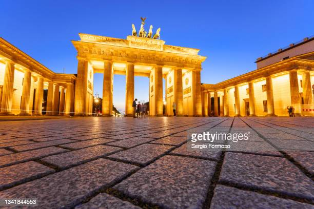 view of brandenburg gate - brandenburger tor monument in berlin. - porta cittadina foto e immagini stock
