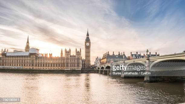 view of bridge over river in city - big ben stockfoto's en -beelden