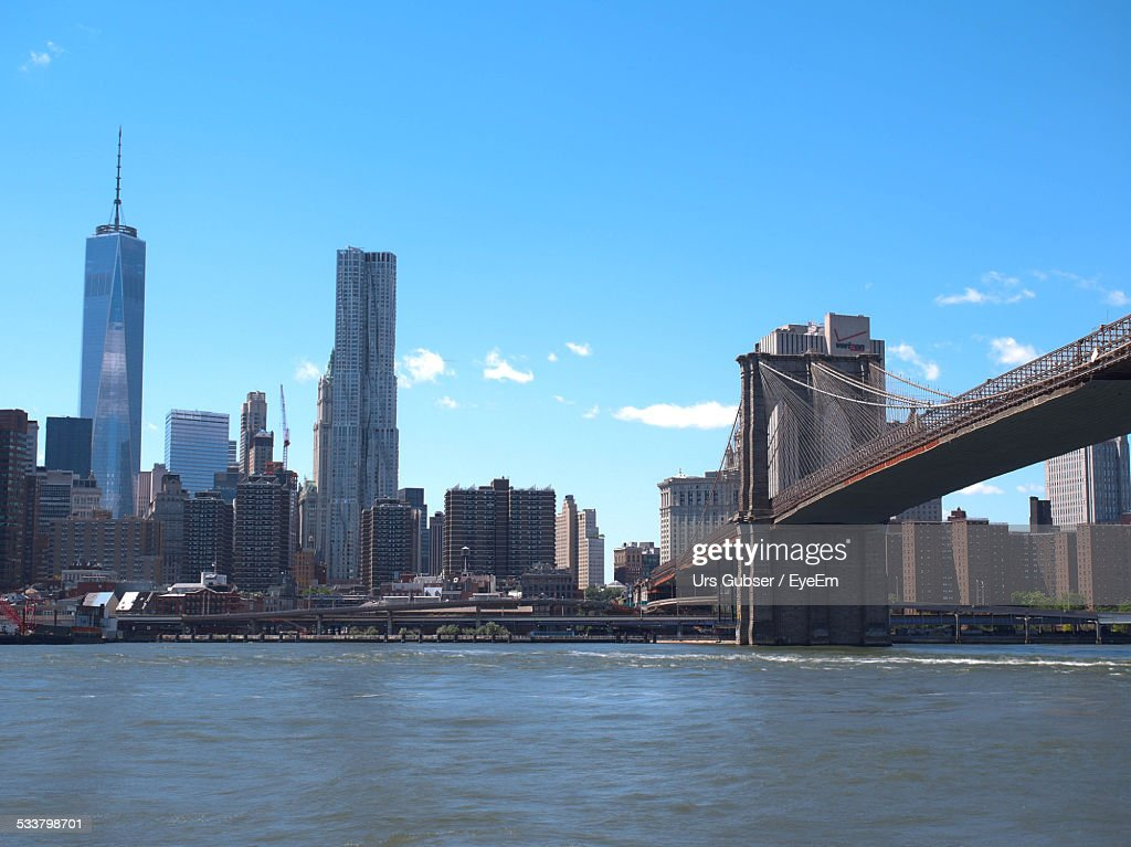 View Of Brooklyn Bridge And One World Trade Center Against Blue Sky : Foto stock