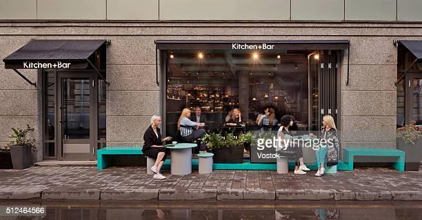 view of cafe from outside - café bar gebouw stockfoto's en -beelden