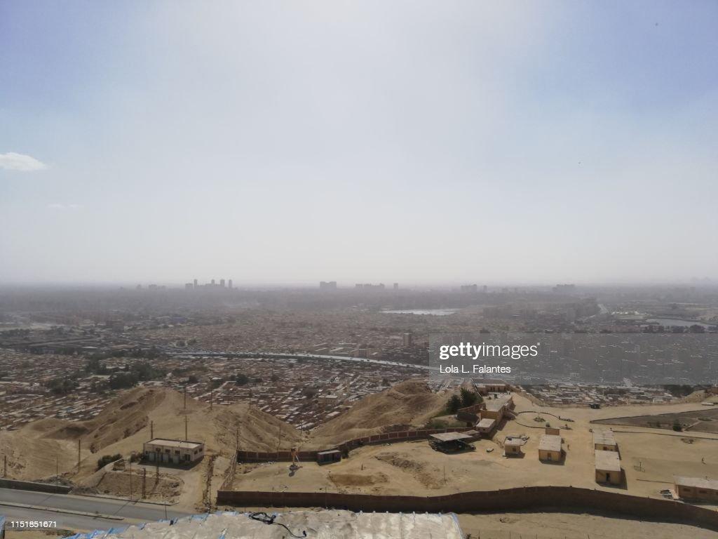 View of Cairo's City of the dead from Mokattam hills : Foto de stock
