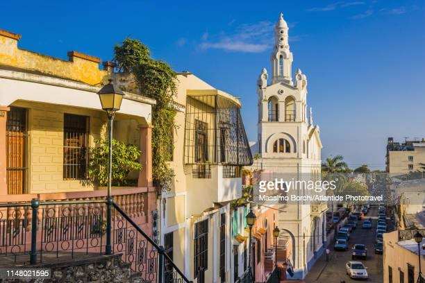 view of calle hostos and iglesia nuestra señora de la altagracia - image stock-fotos und bilder
