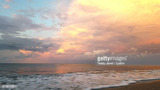 view of calm sea against scenic sky - vero beach stock pictures, royalty-free photos & images