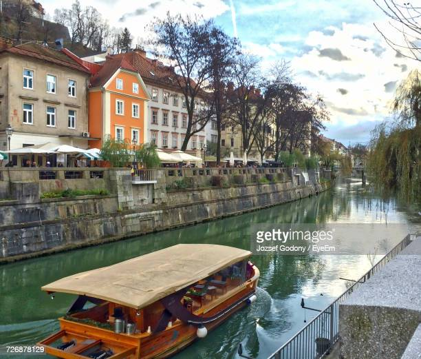 view of canal along buildings - リュブリャナ ストックフォトと画像
