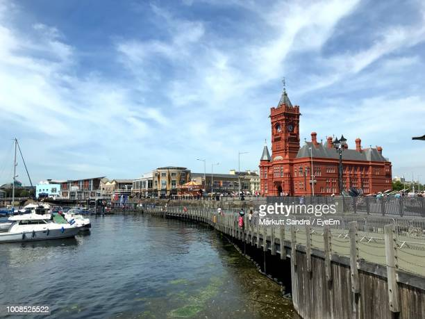 view of canal amidst buildings against sky - cardiff galles foto e immagini stock