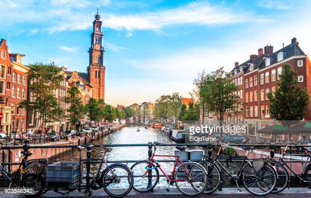 view of canal in amsterdam - niederlande stock-fotos und bilder
