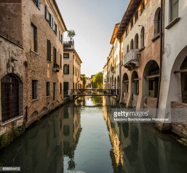 view of canale (canal) dei buranelli - トレヴィーゾ市 ストックフォトと画像