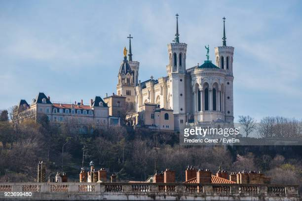 view of cathedral against cloudy sky - lione foto e immagini stock