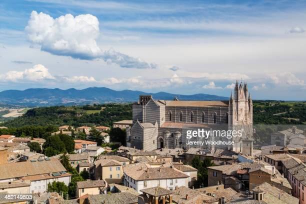 view of cathedral and town, orvieto, umbria, italy - orvieto stock pictures, royalty-free photos & images