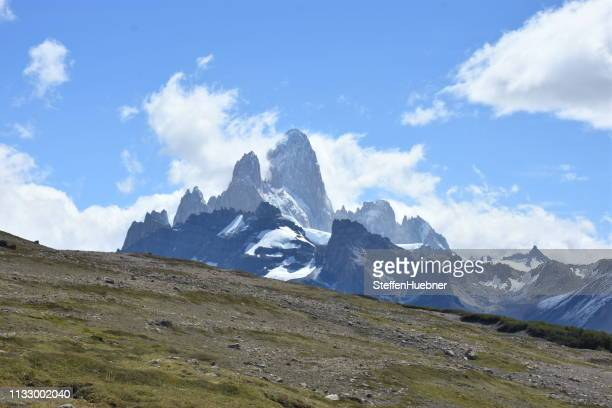 view of cerro fitz roy - felsformation stock pictures, royalty-free photos & images