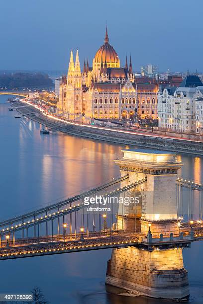 view of chain bridge and parliament in budapest at dusk - budapest stock pictures, royalty-free photos & images