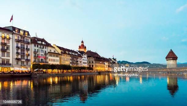 夕暮れ時スイスのルツェルン市街のスカイライン ロイス川に礼拝堂橋の眺め - ルツェルン ストックフォトと画像