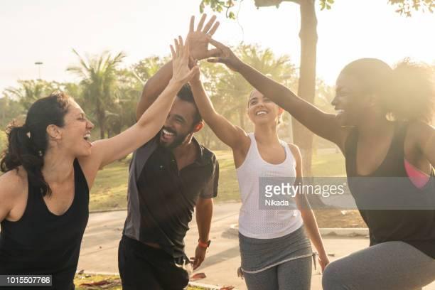 Blick auf fröhliche sportliche Freunde mit erhobenen Armen