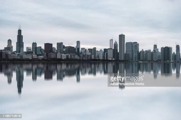昼間のシカゴスカイラインの眺め - イリノイ州シカゴ ストックフォトと画像